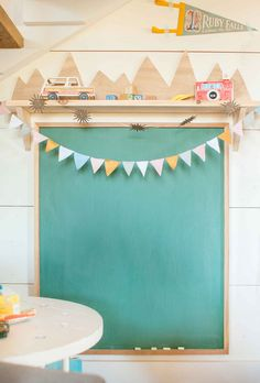 momo design // 10 diy ideas for kid's rooms: green chalkboard and mounted sh. momo design // 10 diy ideas for kid's rooms: green chalkboard and mounted shelf Playroom Decor, Kids Decor, Vintage Playroom, Boy Decor, Ideas Habitaciones, Deco Kids, Kids Room Design, Nursery Inspiration, Kid Spaces