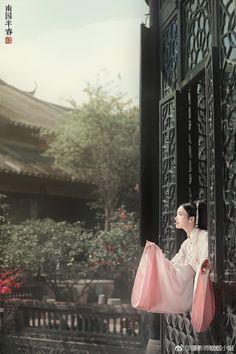Chinese Picture, Chinese Style, Chinese Art, Human Base, Chinese Kimono, Asian History, British History, Traditional Fashion, Traditional Dresses