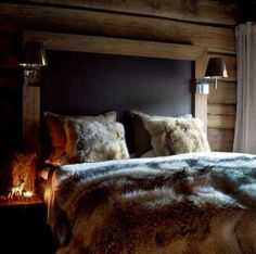Is that a blackboard above the bed? In case of midnight inspiration/lessons? Chalet Design, House Design, Cabin Homes, Log Homes, Home Bedroom, Bedroom Decor, Winter Bedroom, Bedrooms, Chalet Interior