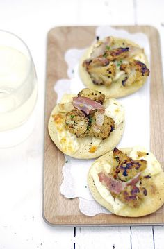 brie, roasted cauliflower and bacon mini pizzas www.pane-burro.blogspot.it