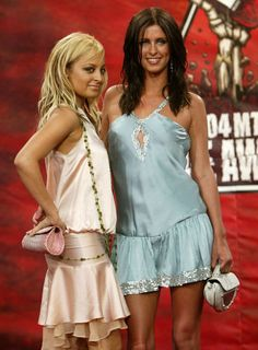 Nicole and Nicky's silk dresses Worst Celebrity Outfits From The Millennium Decade 1990s Fashion Trends, 2010s Fashion, Early 2000s Fashion, Retro Fashion, Fashion Ideas, Fashion 101, Timeless Fashion, High Fashion, Fashion Inspiration
