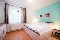 Tento apartmán umožňuje ubytování až pro 7 osob. Zařízení je pojato v moderním stylu. V kryté lodžii si můžete vychutnat snídani při vycházejícím slunci nebo možnost večerního grilování, či posezení za jakéhokoliv počasí. Decor, Furniture, Relax, Home Decor, Bed