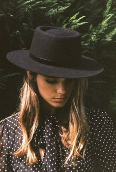 Lack of Color The Velveteen Boater The boater style has become one of most popular Lack of Color hats. Sophisticated yet playful, the boater can be worn in an i Look Rock, Odette Et Lulu, Estilo Cowgirl, Vintage Inspiriert, Look Fashion, Womens Fashion, High Fashion, Cheap Fashion, Fashion 2018