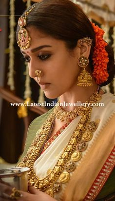 Nayanthara Traditional Saree Photos from Sye Raa Narasimha Reddy Movie (HD) (nayanthara, kollywood, mollywood, actress, hd wallpapers) Indian Jewelry Earrings, India Jewelry, Gold Temple Jewellery, Gold Jewelry, Gold Necklace, Jewelry Logo, Collar Necklace, Diamond Jewelry, Antique Jewelry
