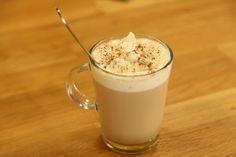 Kış Lattesi Malzemeleri 2 su bardağı süt 1 su bardağı kaynar su 2 yemek kaşığı siyah çay 1 adet kakule 2 adet karanfil 1 adet yıldız anason ½ çay kaşığı toz tarçın 1 çay kaşığı toz zencefil ¼ çay kaşığı karabiber Bal Tarçın  Kapaklı çay süzgecine aldığınız iri yapraklı siyah çayı kaynar suda 2-3 dakika kadar demleyin. Sütü bir tencerede kaynatın. Kakulenin iç kısmında yer alan tohumlarını çıkartın. Karanfil, yıldız anason, toz tarçın, zencefil ve karabiber ile birlikte kaynamakta olan süte…