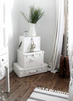 Malas antigas pintadas de branco, uma leveza para peças pesadas