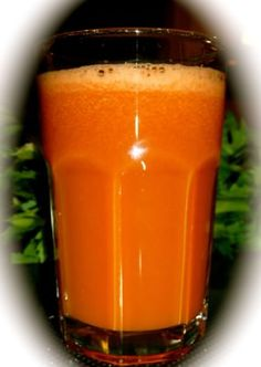 This is a juice designed especially for diabetics. It's three ingredients are known to regulate sugar levels. Ingredients: 2 Large organic carrots 1 Large or two small cucumbers 4 ripe Tomatoes Diabetic Smoothies, Diabetic Drinks, Diabetic Tips, Healthy Drinks, Diabetes Remedies, Cure Diabetes, Diabetes Food, Juice For Diabetes, Nutribullet Recipes