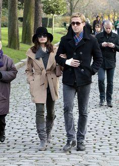 Comprar ropa de este look:  https://lookastic.es/moda-hombre/looks/chaqueton-negro-vaqueros-grises-zapatos-derby-negros-bufanda-azul/1248  — Chaquetón Negro  — Bufanda de Tartán Azul  — Vaqueros Grises  — Zapatos Derby de Cuero Negros