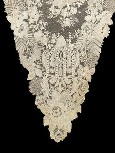 ShawlThe high quality of this Brussels needle lace shawl is displayed not only in the fine workmanship but also in the complexity of its design.