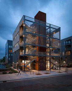 Fast Horse, por Salmela Architect Fast Horse es una nueva y galardonada agencia de Minneapolis que tiene un ambiente de trabajo único, donde los empleados no tienen un escritorio asignado.