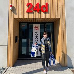 Unsere Kundenkontakterin Katja geht heute glücklich😃mit 4 Packungen Toilettenpapier nach Hause #verrücktewelt #klopapierfüralle #klopapierchallenge #corona #rödelheim #martincolorfrankfurt Frankfurt, Corona, Toilet Paper