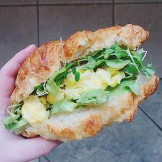 Sandwich déj dans un croissant = la réponse à la vie  Cette photo de @melmaxwell est notre inspiration #fraichementpresse du jour.  <3 #eggs #brunchtime #mtlfoodie #dejeuner #mtlblogger