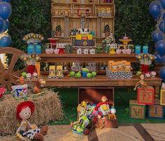Festa Toy Story linda e super charmosa, adorei! Ficou demais o painel com caixotes de madeira, ótima ideia! Fonte #pinterest, sem referências ❤️ #kikidsparty