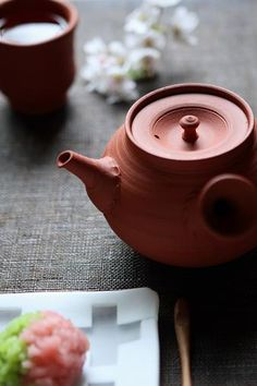 japanese tea pot Ceramic Teapots, Ceramic Cups, Coin Café, Perfect Cup Of Tea, Japanese Tea Ceremony, Teapots And Cups, Tea Art, Japanese Sweets, Tea Service