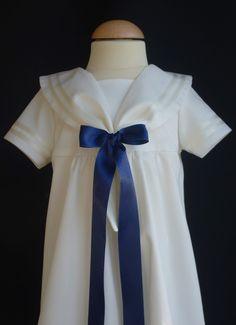 Vacker dopklänning från Grace of Sweden i sjömansstil med blå rosett.Christening gown