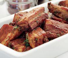 Dessa rimmade spjäll med chiliglaze passar perfekt på buffébordet. Låt dina revbensspjäll rimmas i kyl några dygn innan du kokar dem med morot och lök. Pensla de färdigkokta, möra köttbitarna med glaze och ställ i ugn en stund före servering.