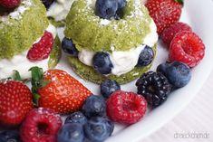 Hipster aufgepasst: Das Rezept für die leckeren grünen Match Mini-Gugelhupfs mit Mascarpone-Creme und Beeren findet ihr auf unserem Blog