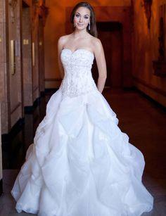 Attractive sweetheart sleeveless organza wedding dress