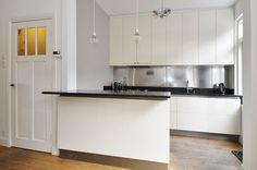 Jaren30woningen.nl | Strakke keuken in een #jaren30 woning