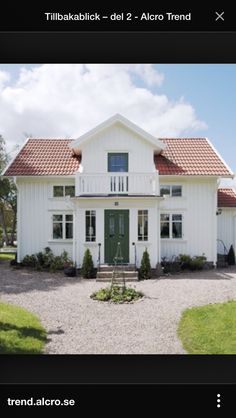 Grön ytterdörr German Houses, Home Focus, Modern Farmhouse Exterior, Nordic Home, Swedish House, House Goals, Little Houses, Cozy House, House Colors