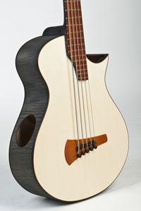 Akustische Bassgitarre 5-saitig Fichte / Ahorn. Ansicht des Korpus von schräg vorne