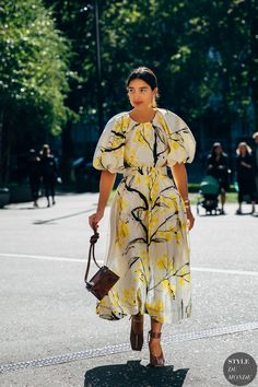 Street style london 311733605460292403 - This dress is amazing! Love the floral and puff sleeves! Street Style Chic, Street Style Summer, Street Style Looks, Style Geek, Style Année 90, Modest Fashion, 90s Fashion, Fashion Outfits, Fashion Styles