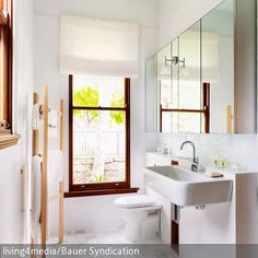 Platzsparend und praktisch: Der Handtuchhalter aus Holz im Badezimmer. Der geräumige Spiegelschrank bietet genügend Platz für Kosmetika und Badutensilien  …