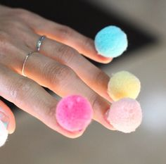 Pon pon nails: la nuova tendenza beauty per delle unghie ironiche e trendy!