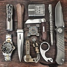 Check out this 15 items ultimate bug out bag checklist. Estilo Cafe Racer, Edc Tactical, Tactical Survival, Survival Mode, Bug Out Gear, Global Knife Set, Urban Edc, Edc Gadgets, Everyday Carry Gear