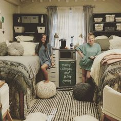 Best Dorm Room Decoration Ideas You'll Want To Copy college dorm room, dorm room organization ideas, dorm room decor, teen room decorations Dorm Room Colors, Cute Dorm Rooms, Girl Dorm Rooms, Dorm Room Themes, Dorm Room Setup, Preppy Dorm Room, Lights In Dorm Room, Best Dorm Rooms, Bedroom Setup