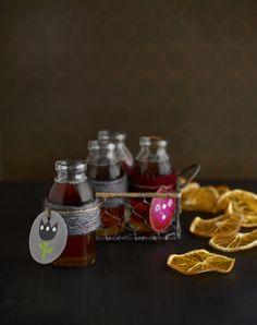 Maustesiirappi: http://www.dansukker.fi/fi/resepteja/maustesiirappi.aspx Sopii hyvin glögin, teen tai muiden kuumien juomien maustamiseen ja jälkiruokakastikkeeksi tai jäätelön kera nautittavaksi.