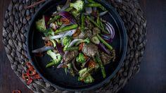 Biffwok med brokkoli, hvitløk og chili Healthy Living Recipes, Wok, Asparagus, Chili, Cabbage, Recipies, Beef, Vegetables, Ethnic Recipes