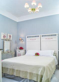 https://flic.kr/s/aHskzqoY1J | Camera da letto Shabby Chic | Camera da letto matrimoniale shabby chic di fattura artigianale, composta da un letto in stile liberty, due comodini ed un comò.