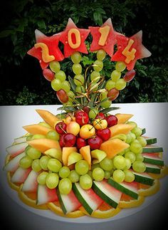 New fruit plate designs vegetable carving ideas Fruit Centerpieces, Fruit Arrangements, Fruit Buffet, Fruit Trays, Fruit Cups, Deco Fruit, Fruits Decoration, Fruit Creations, Fruit And Vegetable Carving