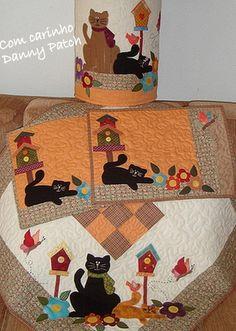 As peças podem ser confeccionadas separadamente. Quilt livre, com aplicações em tecido nacional e importado. Os motivos e cores podem variar de acordo com a sua preferência. Capa de bombona 76,00 Toalha 141,00 Jogo americano 42,00 cada R$ 301,00 Mini Quilts, Small Quilts, Baby Quilts, Patch Quilt, Applique Quilts, Felt Crafts, Fabric Crafts, Diy And Crafts, Small Quilt Projects