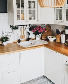 40 Beautiful Tiny Kitchen Decorating Ideas for Your Apartment ⋆ All About Home Decor Apartment Kitchen, Home Decor Kitchen, Kitchen Interior, Interior Design Living Room, Home Kitchens, Beautiful Kitchens, Home Decor Accessories, Kitchen Remodel, Sweet Home