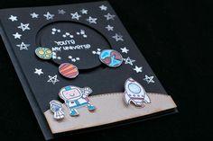 Os traigo un tutorial de una divertida tarjeta interactiva. He cogido estos troqueles de Paper Smooches con sus astronautas, planetas y hasta extraterrestres y he hecho una escena espacial.  La gracia
