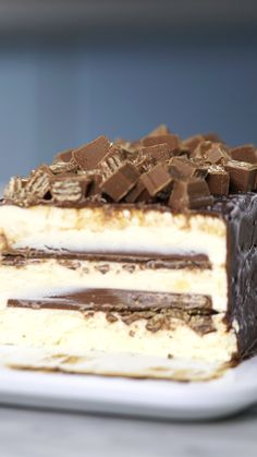 Torta de Sorvete Kitkat You will make up any excuse just to make this magnificent kitkat ice cream pie! Frozen Desserts, Easy Desserts, Dessert Recipes, Cake Recipes, Ice Cream Pies, Cream Cake, Kolaci I Torte, Tasty, Yummy Food