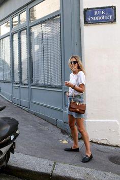 Com minissaia jeans e camiseta, o mocassim é parceiro no verão também!