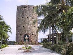 """Sankt Thomas - Skytsborg → Det eneste tilbageværende vagttårn på Skt. Thomas og i Vestindien fra kolonitiden i 1600-tallet, som har beholdt sit oprindelige udseende. Ifølge et sagn havde sørøveren Edward """"Blackbeard"""" Teach tilholdssted i Skytsborg."""
