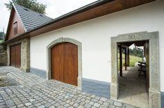 Mnohé stavební prvky odkazují na starou lidovou architekturu, včetně kamenných portálů. Lean To Greenhouse, Big Houses, Future House, House Plans, Barn, Cottage, Exterior, Patio, Traditional