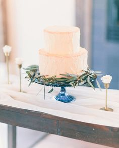 White wedding cake | Rachel May Photography | see more on: http://burnettsboards.com/2014/06/rustic-elegance-beauty-anthomanic-workshop/ #weddingcake #cake