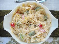 Ranch Pasta Salad Medley-- maybe use greek yogurt or evoo instead of the creamy stuff? Healthy Salad Recipes, Pasta Recipes, Cooking Recipes, Soup And Salad, Pasta Salad, Pasta With Mayonnaise, Side Dishes For Bbq, Main Dishes, Ranch Pasta