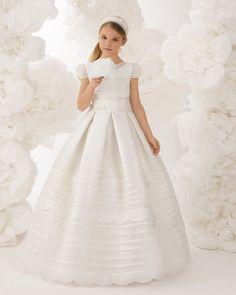 Vestido comunión clásico con lorzas, de talle normal, en esterilla color marfil. Colección ROSA CLARA FIRST 2018.