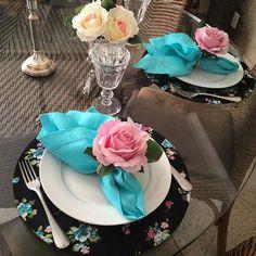 Sousplat floral no fundo preto, guardando de linho no ponto ajour azul turquesa…