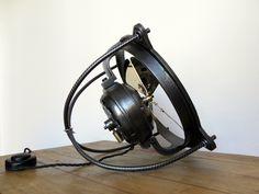 Venduto / Sold. New Location: Hesingue (Francia) Marca: EMI (Electrotechnische Mechanische Industrie) Modello: Ventola / Lüfter Periodo: anni 20/30 Dimensioni: ∅ pale 30 cm Peso: 10 kg Descrizione:…