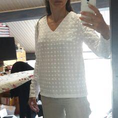 Un coton blanc original avec de gros ronds blancs brodés a servi à coudre un joli top d'été. Blouse, Long Sleeve, Sleeves, Women, Fashion, Sewing Lessons, White Cotton, Pretty, Sewing
