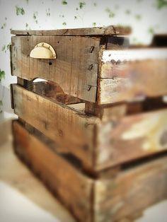 Personalizamos cajas antiguas de madera a tu gusto. Además, te presentamos ideas donde el concepto reciclaje no riñe con el buen gusto. ¡Ven a verlo!