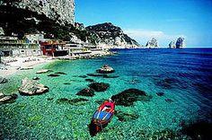 Die Felseninsel Capri im Golf von Neapel besticht durch wunderbare Landschaft und türkisblaues Meer.