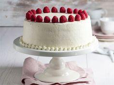Näyttävä täytekakku koristaa juhlapöydän. On kuitenkin hyvä muistaa, että usein yksinkertainen on kaunista. Tässä herkullisessa kakkuohjeessa on kaksi ideaa melko yksinkertaiseen, mutta näyttävään koristeluun. Sweet Pastries, High Tea, Let Them Eat Cake, Yummy Cakes, Food Photo, Cake Recipes, Cake Decorating, Cheesecake, Food And Drink